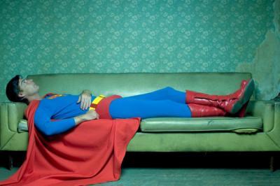 Como superman con los brazos cruzados